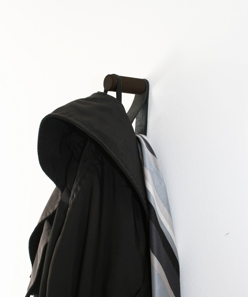 Nordic Function Morehook træknage med læderstrop til entreen hook for the entrance hall in oak and leather