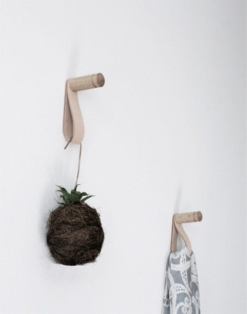 Nordic Function Morehook knage i eg med læderstrop i naturlæder stylish hook in oak and leather for easy storage