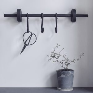 Nordic Function rundstok opbevaring til køkkenet i sort eg hanging area for your kitchen in black oak Scandinavian style