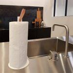 køkkenrulleholder, køkkenrulle, køkken, køkkenruldeholder med læderrem, kitchen roll holder, kitchen interior